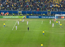 Brasil sufoca o Paraguai em busca do gol, com um homem a mais em campo — Foto: Reprodução