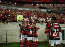 Jogadores do Flamengo comemoram gol junto com a torcida no último jogo da equipe com público; Foto: Alexandre Vidal/Flamengo