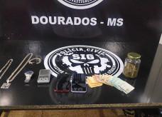 Celular, dinheiro, joias e porções de maconha apreendidos; Fotos: Sidnei Bronka/Ligado Na Notícia